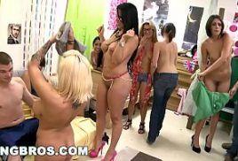 Orgia no video pornor com lindas mulheres