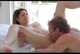 Novinha bucetuda esta fazendo sexo
