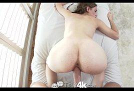 Sexhot fodendo com a secretaria nerd gata