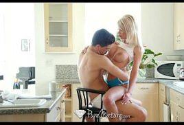 Zvideo loira na cozinha de casa sendo comida bom