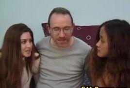 Coroa safado com duas jovens do diariodaputaria no sexo