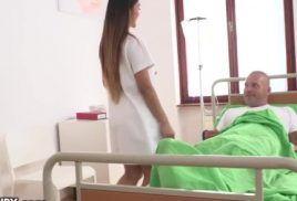 Enfermeira japonesa dando a bucetinha gostosa para seu paciente