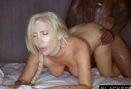 Loira gatinha esta no sexo safado com o cara negro que a come todinha