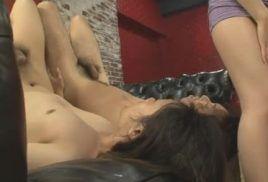 Novinha em video de porno com o cara de rola cabeluda que a come