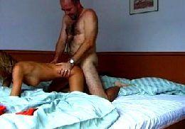 Rapaz em sexo com um putas manhosas que geme de prazer